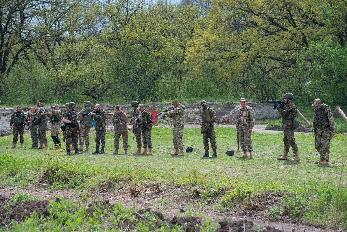 Артилерійський підрозділ навчається стрільбі з автоматичної зброї за методом «інтуїтивного прицілювання»